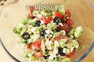 Аккуратно, чтобы не помять овощи, перемешать. Салат готов! Подавайте его холодным и свежим.