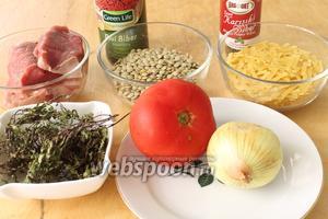 Для приготовления супа понадобятся чечевица зелёная, лапша, отваренные кусочки говядины и бульон, лук, картошка, помидор, соль, сушёная мята для посыпки, по желанию красный молотый и чёрный перец.