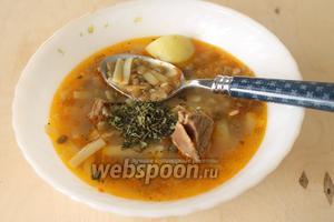 Подают суп в широкой пиале, добавив по желанию щепотку сушёной мяты и лимонный сок.