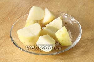 Картошку очистить, нарезать на небольшие кубики и в самом конце, когда мясо уже сварено, положить картофель в бульон и проварить до готовности (15-20 минут).
