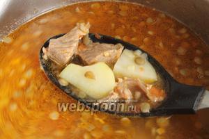 Проверяем бульон на соль, добавляем по вкусу чёрный свежемолотый перец, красный молотый перец чешуйками. Когда лапша будет сварена альденте, выключите огонь, закройте крышку и дайте супу настояться 3-4 минуты.