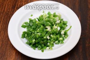 Лук зелёный также как и крабовые нарезаем мелко.