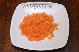 Морковь предварительно отвариваем после чего как и остальные ингредиенты нарезаем кубиками.