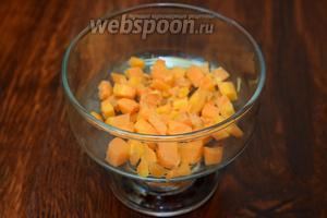 Начинаем укладывать салат слоями по салатникам. На первый слой кладём отваренную морковь. Немного подсаливаем слой.