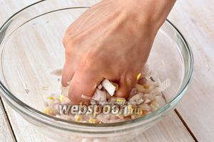 Хорошо размять лук с солью до выделения сока. Оставить на 10 минут для маринования.