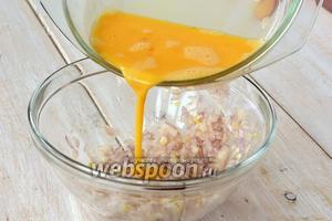 Влить яичную смесь в луковую.