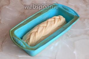Укладываем косу на буханку. Даём хлебушку отдохнуть и подрасти 30 минут в тепле.