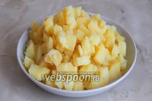 Когда отварится картофель, остудим его, очистим и нарежим мелким кубиком. Лучше всего выбирать сорта, которые несильно разваливаются по готовности.