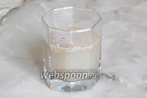 Активизируем дрожжи: в тёплую воду добавим сахар и сухие дрожжи. Поболтаем жидкость и отправим в тепло на 15 минут.