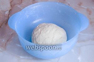 Ещё раз вымешиваем тесто и отправляем его на отдых на час в тёплое место, не забывая прикрыть миску полотенцем.