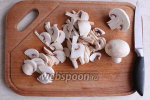 Нарезаем грибы ломтиками.