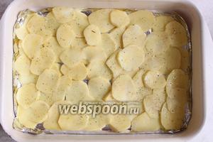 Выложить картофель на фольгу, посолить и поперчить.