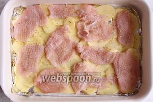 Выложить сверху на картофель, посолить, поперчить каждую отбивную.