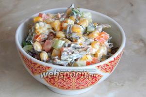 Кушаем салат с ламинарией, морковью, огурцом и кукурузой сразу, так как огурцы дают сок, поэтому на дне начнёт образовываться лужица.
