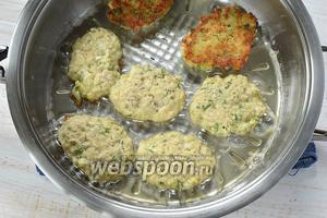 Выкладывать оладьи с помощью столовой ложки на раскалённую сковороду с растительным маслом. Обжаривать с обеих сторон до золотистого цвета.