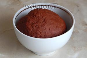 Вымешиваем тесто — недолго, оно хорошо возьмётся в шар. Затягиваем плёнкой и даём тесту отдохнуть полчаса.