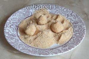 Обваливаем картофельные шарики в сухарях.