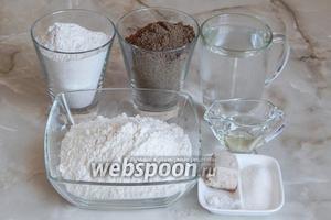 Для приготовления льняного хлеба нам будут нужны такие продукты, как: 2 виды муки (пшеничная, ржаная и льняная), вода кипячёная тёплая, масло подсолнечное (лучше льняное), соль, сахар и свежие дрожжи (сухих  — 1 ч.л.).