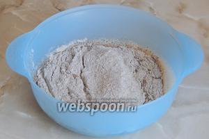 Выливаем в миску дрожжи, добавляем муку (ложку оставим для присыпки) и соль.