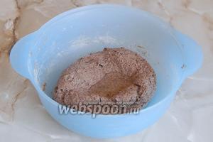 Замешиваем тесто — оно напоминает пластилин или глину. В конце вмешиваем масло (немножко оставим для смазывания формы).