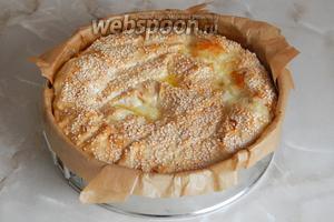 Выпекаем пирог-улитку в духовке 40 минут при 175°C. Вообще, температуру вы вправе выбирать сами — главное, чтобы верх пирога хорошо зарумянился, ведь все ингредиенты уже готовы (кроме яйца, которое запекается минут за 15).