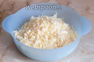 Перемешаем два вида сыра.