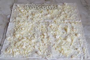 Щедро посыпаем лаваш смесью сыров, которую зрительно разделим на три части (у нас 3 лаваша).
