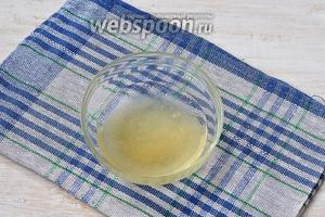 Желатин замочить в 30-35 мл воды на 10-15 минут до набухания.