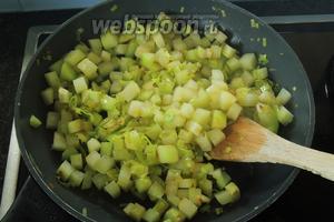 В горячем масле обжарим лук и кольраби около 5 минут, накрыв крышкой.