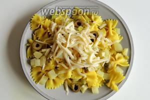 Сервируем сразу на тарелки бабочки с кольраби, посыпанные тёртым сыром Аппенцеллер. Приятного аппетита!