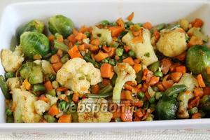 На отбивные выложить обжаренные овощи.