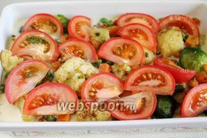 Покрыть дольками помидора.