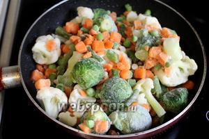 В ту же сковороду, где жарился бекон, выложить замороженные овощи, добавить при необходимости масла.