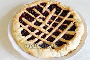 Пирог готов. Выложить сначала на доску или на салфетку, чтобы не отпотел. Подавать тёплым, с чаем или молоком.