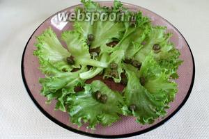 По листьям распределить чайную ложку маринованных каперсов.