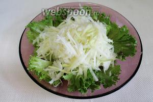 Выложить горкой капусту в салатник.