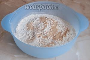 Просеиваем муку в миску, добавляем дрожжи и соль.