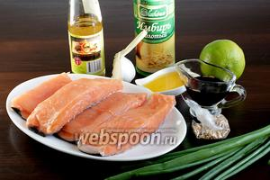 Чтобы приготовить сёмгу по-азиатски нужно взять филе сёмги на коже, мирин, мёд, соевый соус, чеснок, кунжут, имбирь, лайм, зелёный лук.