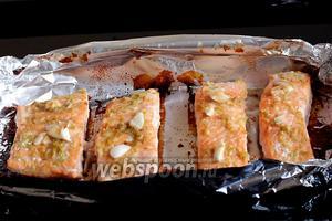Я запекала 17 минут. Нежный аромат лайма и чеснока подскажет вам готовность рыбы.