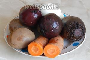 Свёкла варится дольше моркови и картофеля — средним корнеплодам нужно около 1,5 часов. Молодая некрупная свёколка будет готова через час. Чтобы она быстрее приготовилась, после отваривания нужно опустить её под струю ледяной воды. Только не прокалывайте отварную свёклу, иначе сок выйдет в воду и она частично утратит насыщенность цвета. Картофель в мундирах — около получаса с момента закипания, а морковь — минут на 10 больше. Но опять-таки, всё зависит от возраста корнеплодов — молоденькие варятся значительно быстрее. Яйца варятся 10 минут.