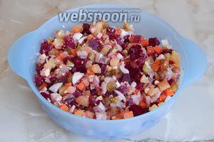 Все ингредиенты у нас подготовлены — остается перемешать салат.