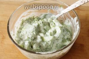 Перемешиваем, пробуем на вкус, если есть необходимость, то посолить. Также по желанию можно добавить ещё йогурта, если салат получился очень густым. Освежающий салат готов. Подавать его холодным !