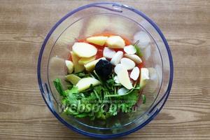 Чеснок и имбирь чистим, всё крупно режем, складываем в чашу блендера вместе с остывшими помидорами. Измельчаем.