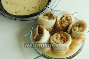 Подаём рыбные рулеты с ревенем и сливочным сыром с соусом. Рулетики кладём в тарелки и поливаем соусом. Приятного аппетита!