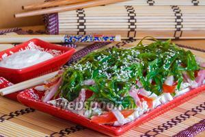 Салат с балыком, пекинкой, помидорами и чукой