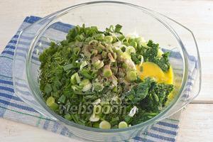Добавить в творожную массу крапиву, желток, соль и перец.