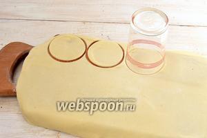 Тесто раскатать толщиной 1 миллиметр  и с помощью стакана вырезать кружки.