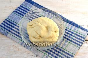 Замесить тесто и оставить под полотенцем на 30 минут.