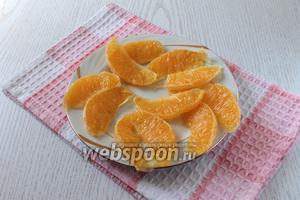 Пока печётся пирог подготовить апельсиновые дольки для украшения пирога. Разрезать дольки вдоль на 2 части.