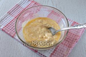 Размягчённое сливочное масло растереть с сахаром.